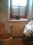 bügelzimmer- fenster zur hälfte zugeschneit, im wäschekorb links schläft eine der 5 katzen