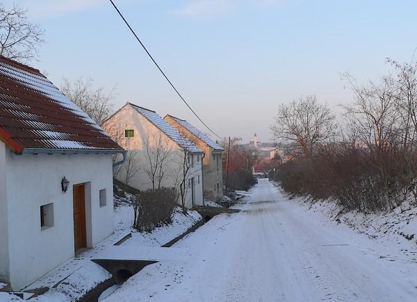 Der Kapellenweg mit Blick zur Mistelbacher Kirche